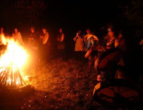 Cerchio di tamburi, fuoco sacro e luna piena.